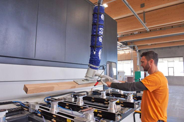 Tubo de elevación por vacío JumboErgo durante la alimentación de una máquina CNC