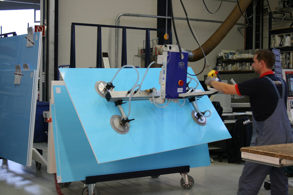 Lifting device for plastic sheets