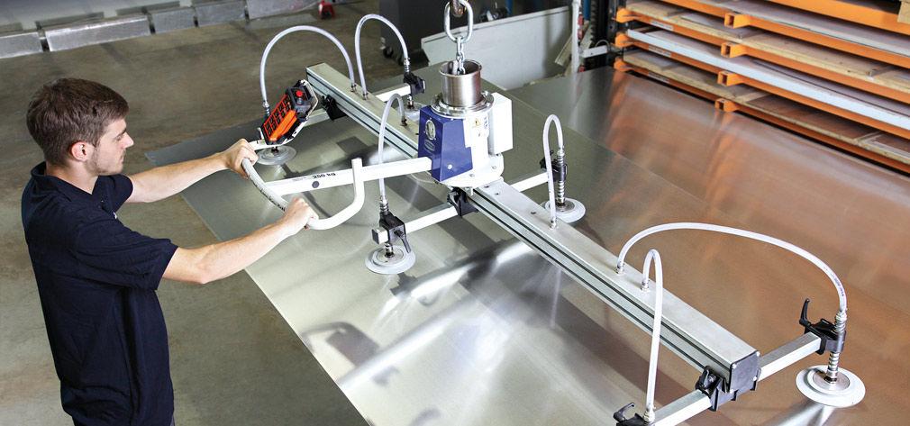 VacuMaster Eco zur Entnahme von Stahlblechen aus einem Schubladenregalsystem