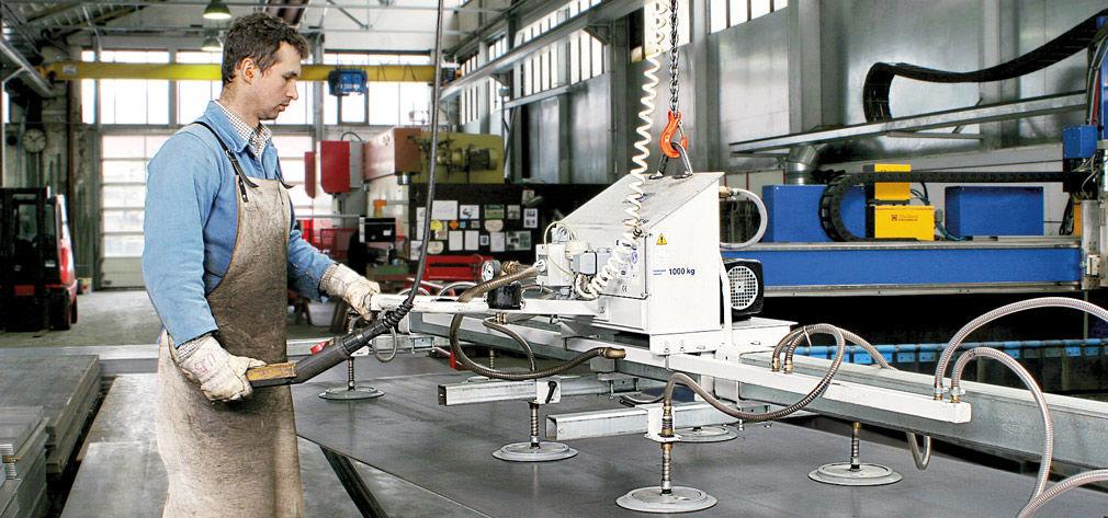 Vakuum-Hebegerät VacuMaster Vario bei der Be- und Entladung einer Laserschneidmaschine