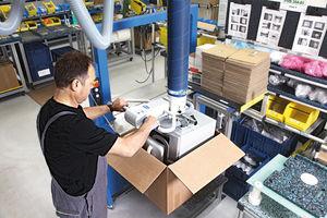 Schlauchheber JumboErgo beim Verpacken eines Produkts