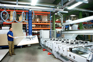 Schlauchheber JumboErgo bei der Beladung eines CNC-Bearbeitungszentrums