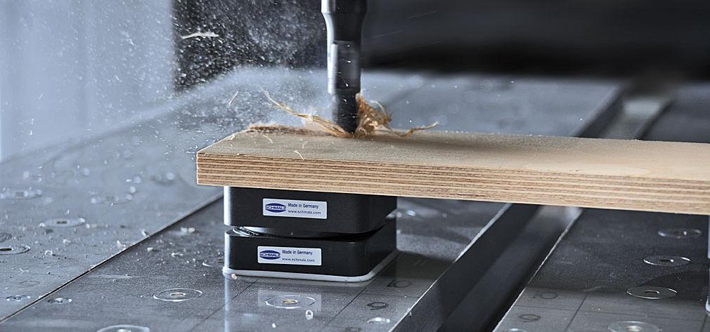 Spanntechnik bei der Bearbeitung einer Holzplatte